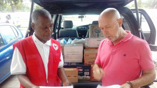 Grupo Tropigália entrega donativos para as vítimas do ciclone idai